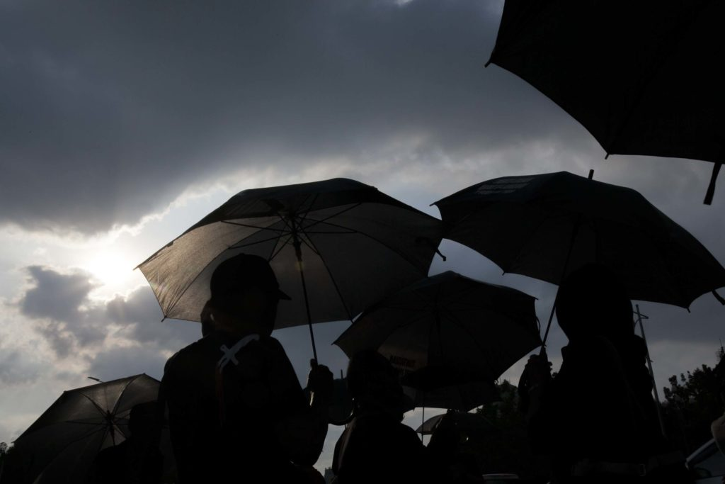 Payung Hitam | Lensa Fotokita