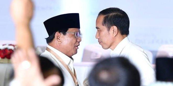 Jokowi dan Prabowo saling menatap | BBC