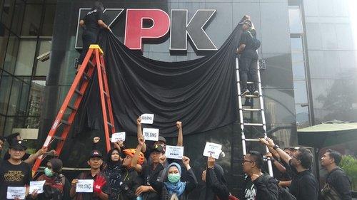 Aksi di depan logo KPK yang dibungkus kain hitam | Tirto.id