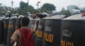 Pelajar di depan polisi | Suara.com