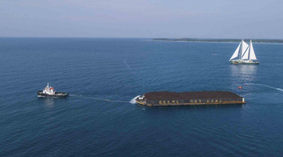 Aksi Greenpeace hadang kapal pengangkut batu bara di Karimunjawa | Viva.co.id
